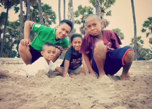 Bermain Pasir di Pantai Lasiana Kupang