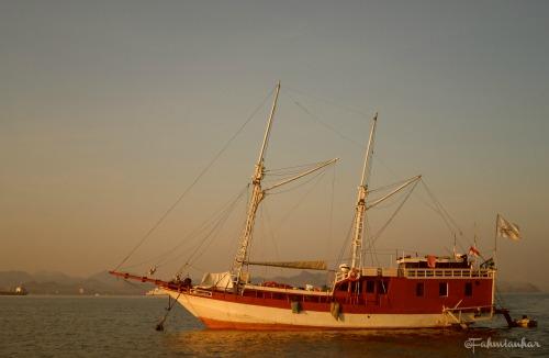 Kapal Pesiar di Perairan TN Komodo