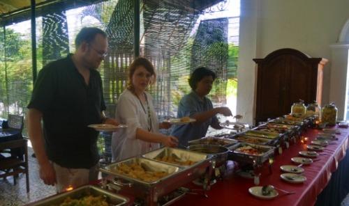 Turis Makan di Pendopo Ndalem Pakuningratan