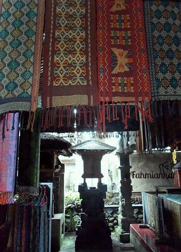 Kain Tenun Pegringsingan Khas Desa Adat Tenganan Karangasem Bali