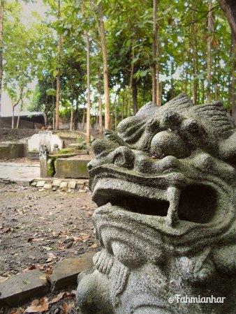 Makam Kapitan Liem di dalam kompleks Omah Lawang Ombo